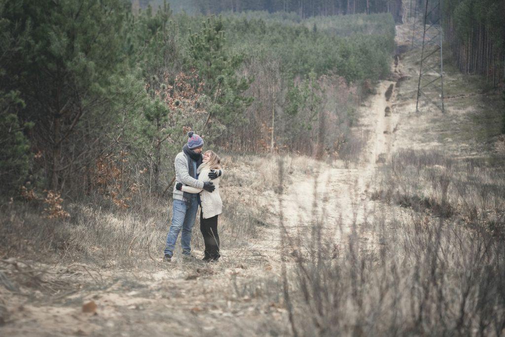 Para narzeczonych na spacerze w lesie Koszalin