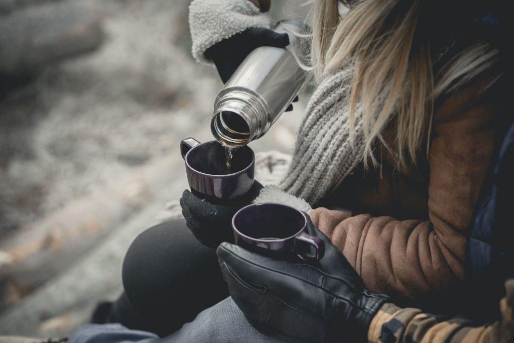 gorąca herbata w fioletowych kubkach