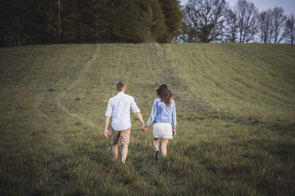 spacer młodych ludzi fotograf bytów