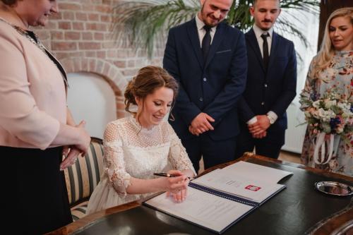 podpisanie dokumentów w dniu ślubu, fotograf koszalin