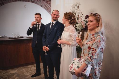 tost za parę młodą fotograf ślubny i rodzinny Koszalin- barbara Rompska Fotografia