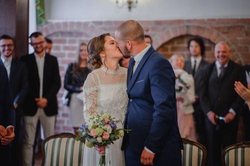 pierwszy pocałunek małżeński, urząd stanu cywinego w koszalinie, fotograf rompska barbara