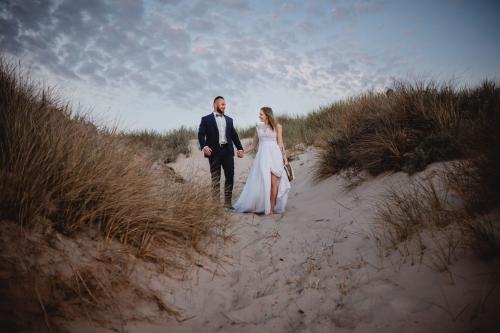 sesja ślubna nad morzem plenerowa na plaży fotograf koszalin mielno, rompska fotografia