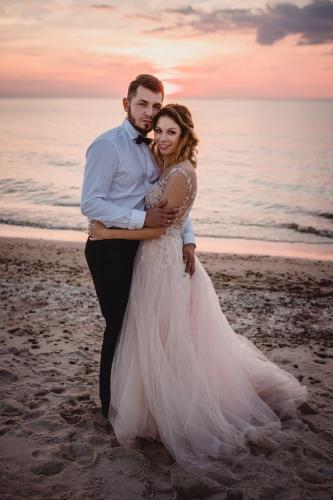 sesja ślubna plenerowa nad morzem Suknia ślubna: Salon mody ślubnej Madonna w Gdyni