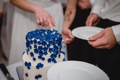 krojenie torta, tort niebieski, kwiaty habrowe