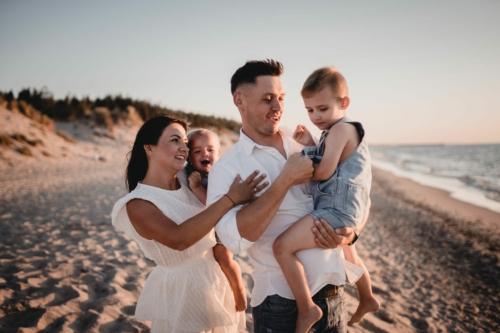 plenerowa sesja rodzinna, zdjęcia nad morzem, Mielno, Koszalin fotograf Barbara Rompska